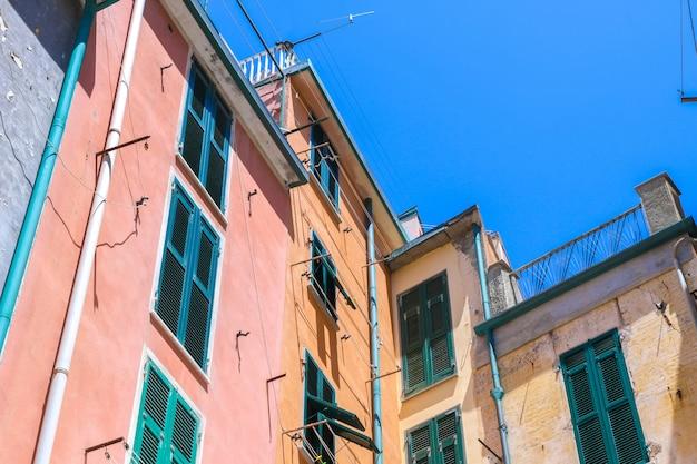 Историческая архитектура чинкве-терре в солнечный день Premium Фотографии