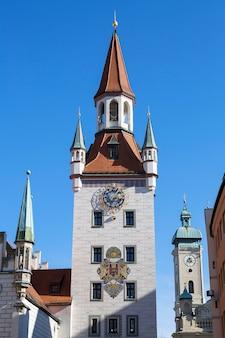 Историческая колокольня в мюнхене, германия