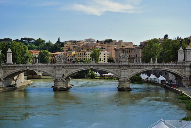 サンタンジェロの歴史的な橋。ローマのテヴェレ川に架かる「天使の橋」としても知られ、サンピエトロ広場とサンタンジェロ城のすぐ近くにあります。