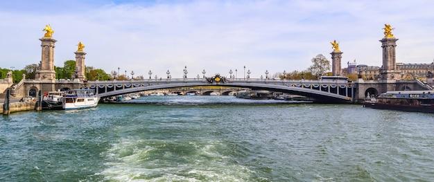 Исторический мост pont alexandre iii через реку сен в париже, франция