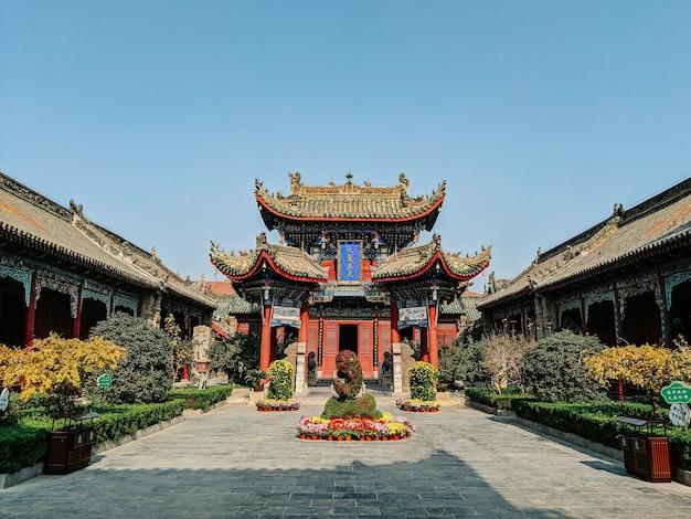 밝은 하늘 아래 중국에 선 정원이있는 유서 깊은 불교 사원