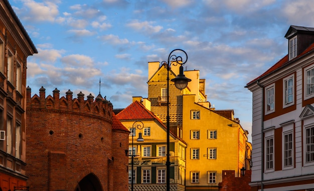 春の日没時のワルシャワバービカンポーランドの歴史的建造物と赤レンガの壁