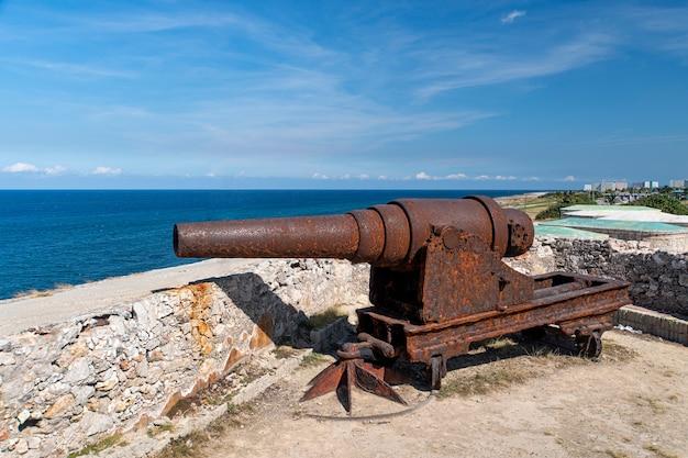 ハバナのカスティージョデロストレレイエスデルモロ砦にある歴史的な大砲。
