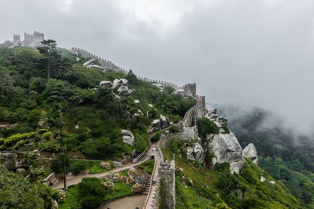 Storico castello dei mori a sintra, in portogallo in una giornata nebbiosa