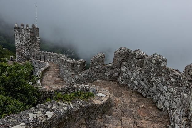 Исторический замок мавров в синтре, португалия в туманный день
