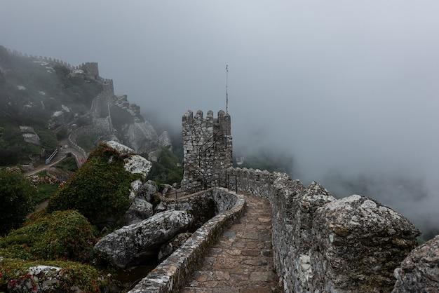 안개가 하루에 포르투갈 신트라에있는 황무지의 역사적인 성