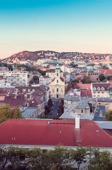 ブダペストの街並みを背景にした歴史的な教会