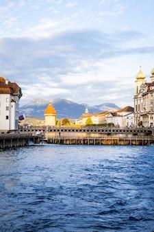 スイスの有名なカペル橋があるルツェルンの歴史的な市内中心部。