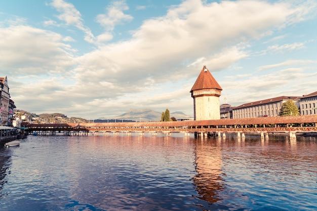 Исторический центр города люцерн со знаменитым часовенным мостом в швейцарии.