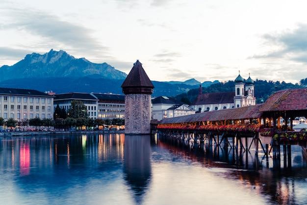 Исторический центр города люцерн с известным мостом часовни в швейцарии.