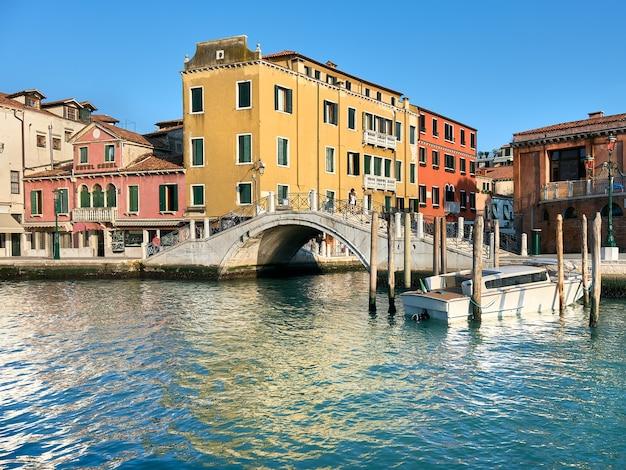 歴史的な家屋と歩道橋、イタリア、ベニスの大運河からの眺め。