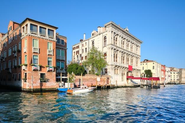 水辺の歴史的な家屋、イタリア、ベニスの大運河の伝統的な建築物。