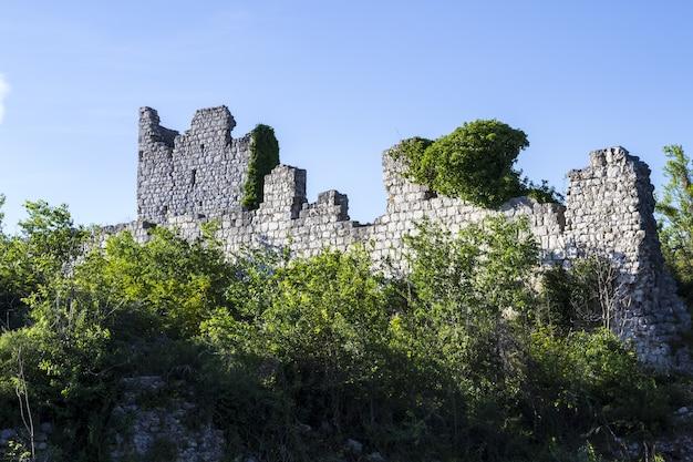 Castello templare del cavaliere storico nelle rovine di vrana, croazia