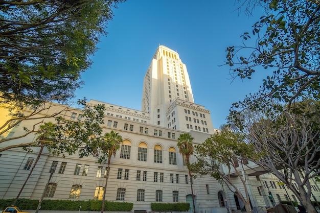 米国カリフォルニア州の青い空と歴史的なロサンゼルス市庁舎