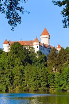 チェコ共和国、中央ボヘミアの歴史的な中世のコノピシュチェ城
