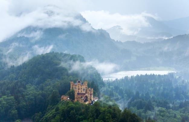 Исторический средневековый замок нойшванштайн в баварии, германия.