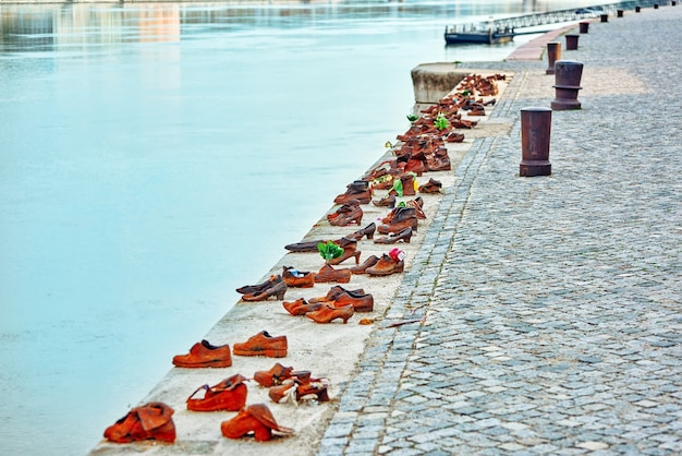 Историческая скульптура \ арт-инсталляция «ботинки на дунае» в память о евреях, погибших во время второй мировой войны.
