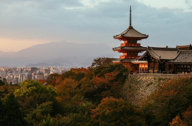 京都の丘の上の歴史的な寺院、日没時に清水寺塔