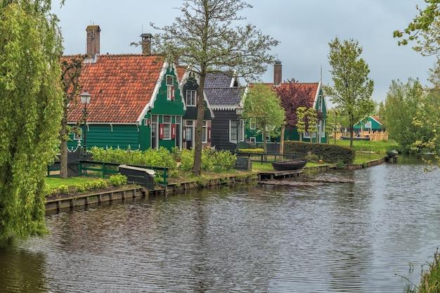 オランダのザーン川沿いにあるザーンセスカンスの歴史的な村