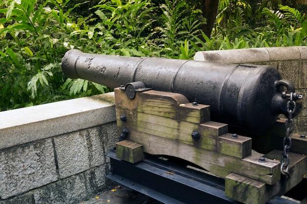 Историческая 9-фунтовая пушка установлена на холме знаменитого парка форт каннинг в сингапуре.