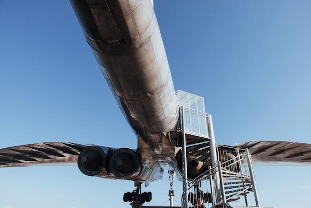 下のはしごと見ている人と歴史的な飛行機