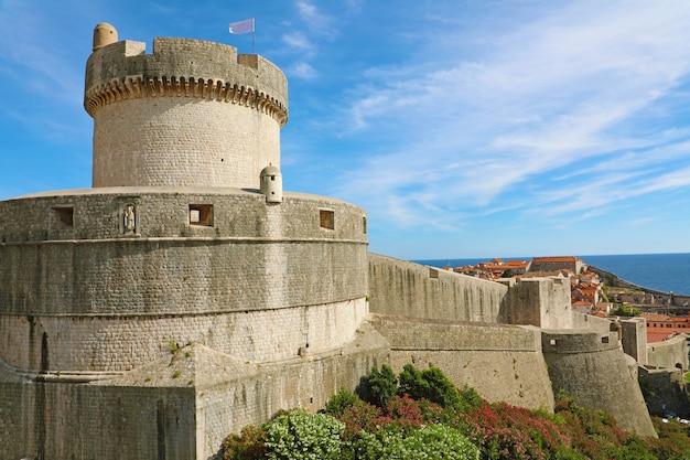 Историческая архитектура в старом городе дубровника, знаменитая достопримечательность городских стен в хорватии, европе