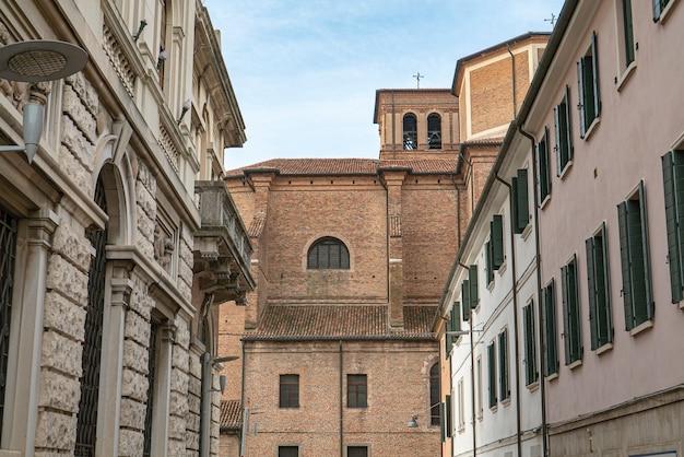 화창한 날 이탈리아 로비고의 역사적인 건물