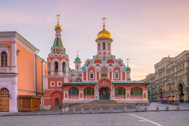Исторические здания на красной площади в москве, россия.