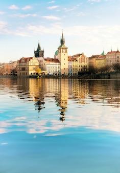 Исторические здания в праге через реку