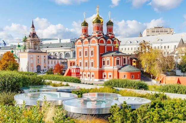 Исторические здания старых церквей в центре москвы в солнечный осенний день против голубого неба