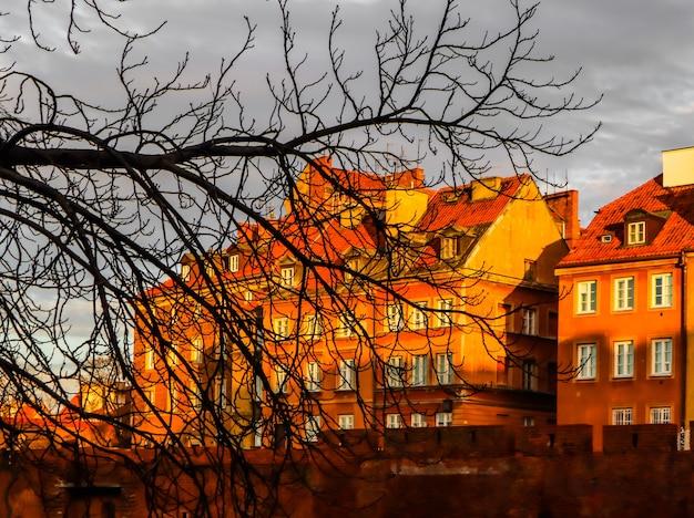 歴史的建造物ワルシャワのバービカンポーランドの赤レンガの壁と木のシルエット
