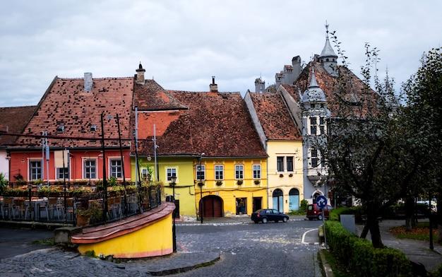 カラフルなルーマニアのシギショアラの歴史的中心部