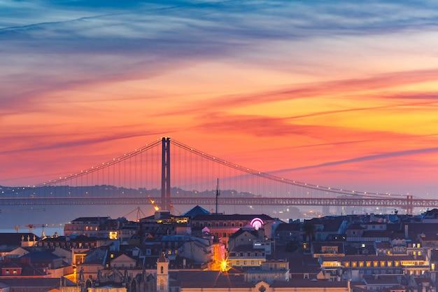 日没でポルトガルのリスボンの歴史的中心部