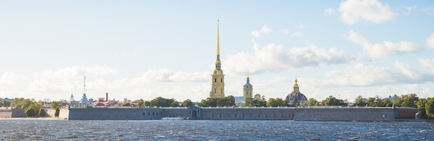 Историческая крепость, санкт-петербург, россия. вид на петропавловскую крепость через неву, знаковую достопримечательность санкт-петербурга