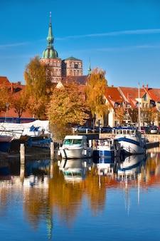 Исторические дома и кирпичные башни штральзунда в северной германии
