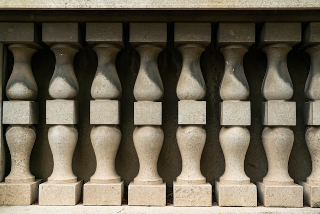 이탈리아 도시의 역사적인 대리석 난간 세부 장식