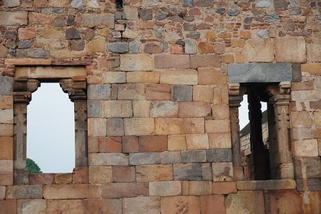 屋外の歴史的な古い構造の画像