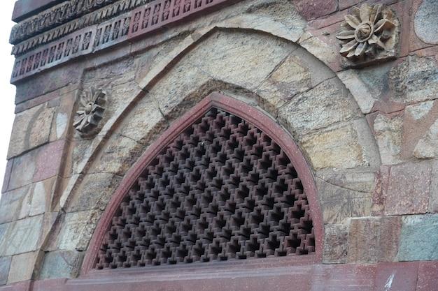 Историческое старое окно на открытом воздухе