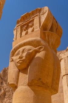 ルクソールのハトシェプスト葬祭殿の柱にある歴史的な彫刻。エジプト