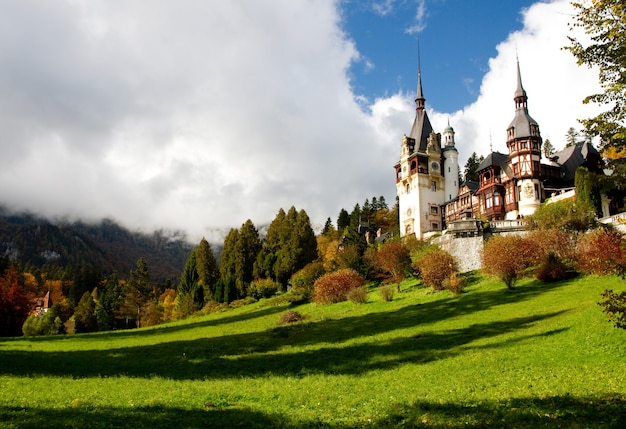 ルーマニアのシナイアにある緑の木々に囲まれた歴史的なシナイア修道院