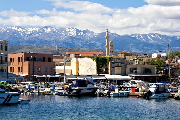 ハニア、クレタ島、ギリシャの歴史的なベネチアの港。海と山、晴れの日