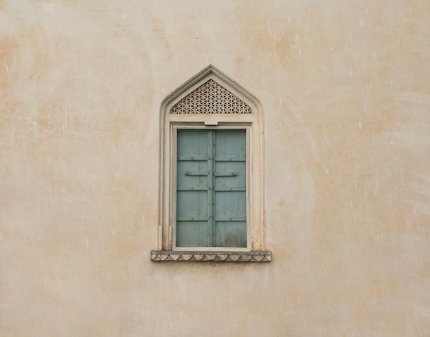 Историческое винтажное окно на стене