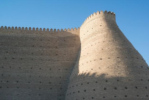 중앙 아시아 부하라에 있는 아크 요새의 역사적 성벽