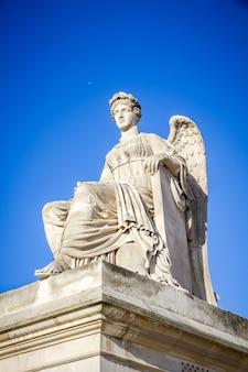 Историческая статуя возле триумфальной арки карусели, париж, франция
