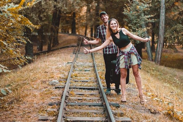 다음 기차를 기다리는 가을 숲의 레일에 히치하이커