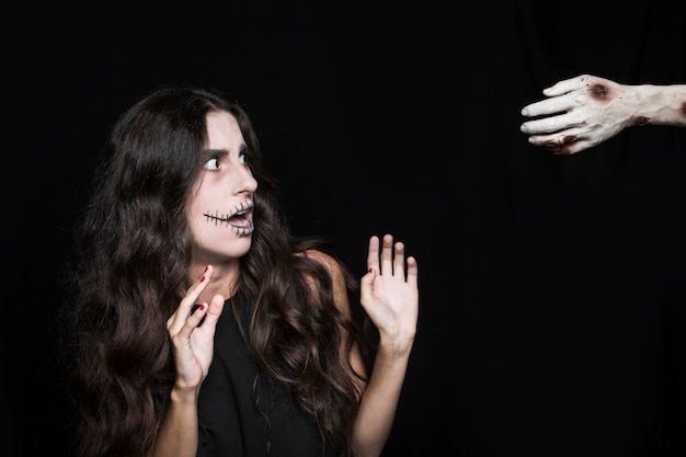 Женщина-хищник, глядя на мертвую руку