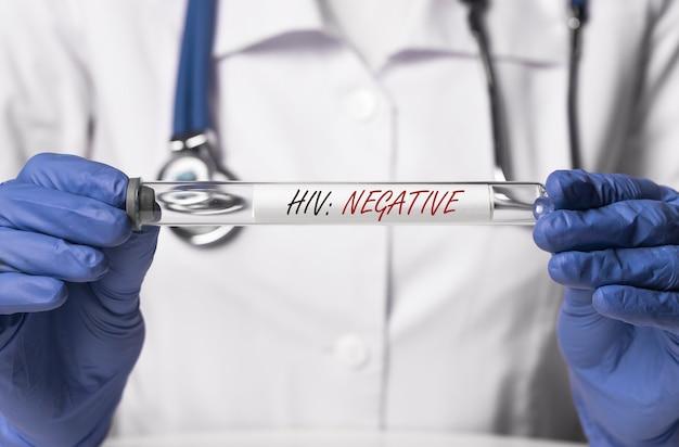 의사 손에 hiv 음성 결과 테스트 튜브