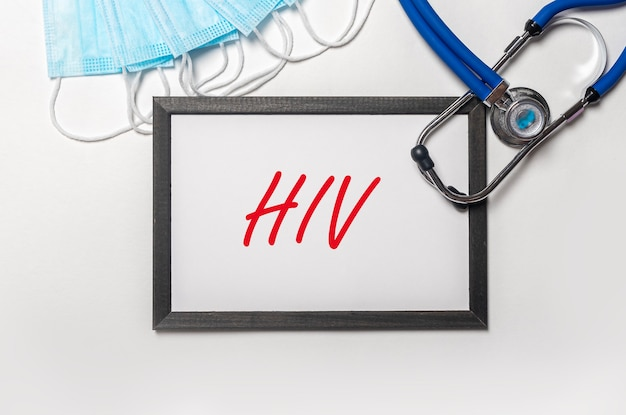 Вирус вич слово аббревиатура надпись об бумаге, вид сверху.