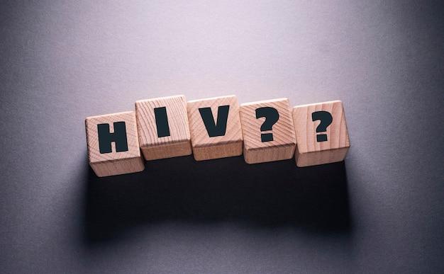 나무 큐브에 쓰여진 hiv 단어