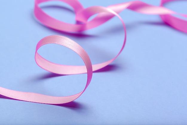 リボンのhiv、エイズの青色の背景